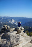 Groveland Kalifornien - Förenta staterna - Juli 24, 2014: Solo en fotvandrare nära Mt Hoffmangazes ut på den halva kupolen, i Yos arkivfoto