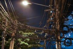 Groviglio dei cavi nella capitale nella notte Immagine Stock