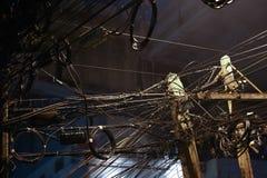 Groviglio dei cavi nella capitale nella notte Fotografie Stock Libere da Diritti
