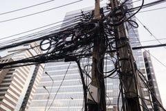 Groviglio dei cavi nella città Fotografie Stock
