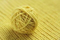 Groviglio del filato di lana giallo per tricottare Immagine Stock Libera da Diritti