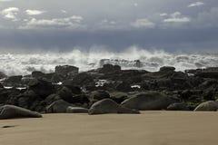 Grovt hav i kusten arkivbilder
