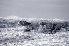 Grovt hav på den steniga kusten fotografering för bildbyråer