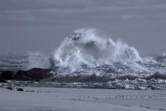 Grovt hav på kusten arkivbilder