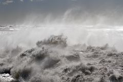 Grovt hav på kusten arkivfoto