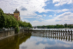 Groyne στον ποταμό Vltava στην Πράγα, Βοημία, Δημοκρατία της Τσεχίας Στοκ φωτογραφία με δικαίωμα ελεύθερης χρήσης