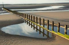 Groyne на песчаном пляже Стоковое Фото