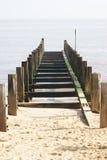 Groyne, das in das Meer führt Lizenzfreies Stockfoto
