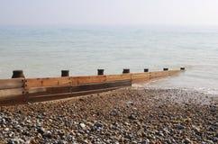 Groyne en la playa de la ripia. Reino Unido Foto de archivo