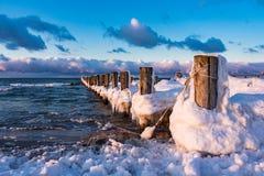 Groyne på kusten av Östersjön Arkivfoton