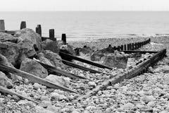 groynes岩石海景 免版税库存图片