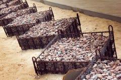 Groynes που γεμίζουν με το αμμοχάλικο στοκ εικόνες με δικαίωμα ελεύθερης χρήσης