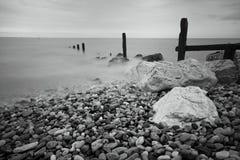 Groynes e vista sul mare delle rocce Fotografia Stock