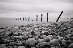 Groynes e vista sul mare delle rocce Fotografie Stock Libere da Diritti