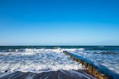 Groynes na brzeg morze bałtyckie na burzowym dniu Fotografia Royalty Free