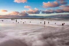 Groynes na brzeg morze bałtyckie na burzowym dniu Zdjęcia Stock