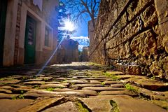 Groznjan cobbled la calle y la vieja arquitectura en la opinión de la puesta del sol Fotografía de archivo