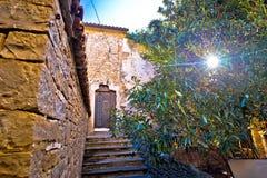 Groznjan cobbled a rua e a arquitetura velha na opinião do por do sol Foto de Stock