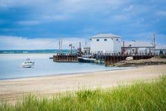 Gräs och byggnader längs Hampton Harbor, i Hampton Beach, Ne Royaltyfria Bilder