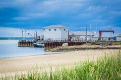 Gräs och byggnader längs Hampton Harbor, i Hampton Beach, Ne Royaltyfria Foton
