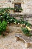 Górska chata ogródu kamienia ławka Zdjęcia Stock