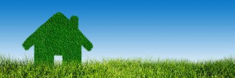 Gräsplan ekologiskt hus, fastighetbegrepp Arkivbild