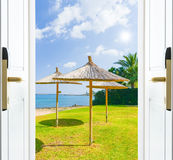 Gräsplan för gräs för strand för öppet hav för dörr Royaltyfria Bilder