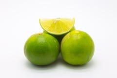 Gräsplanlimefrukter och skiva på vit Royaltyfri Foto