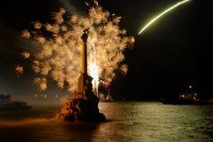 Gruß, Feuerwerk über dem Schacht. Lizenzfreies Stockfoto