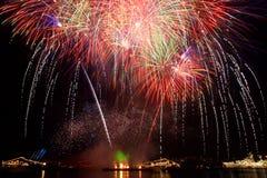 Gruß, Feuerwerke über dem Schacht. Lizenzfreie Stockfotos