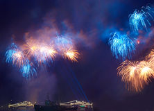 Gruß, Feuerwerke über dem Schacht. Lizenzfreies Stockbild