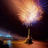 Gruß, Feuerwerke über dem Schacht. Lizenzfreie Stockfotografie