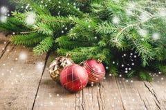 Gruß-Karte für das Weihnachtsfeiertage Fichtenzweig-Weihnachten spielt hölzerner Hintergrund Weihnachtshintergrund getonte Schnee Stockfoto