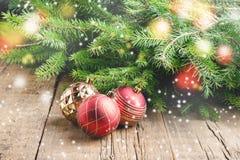 Gruß-Karte für das Weihnachtsfeiertage Fichtenzweig-Weihnachten spielt hölzerner Hintergrund Weihnachtshintergrund getonte Schnee Lizenzfreies Stockfoto