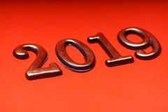 Gruß-Karten-Design-Schablonen-Gold 2019 auf roter Beschriftung Lizenzfreies Stockbild