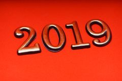 Gruß-Karten-Design-Schablonen-Gold 2019 auf roter Beschriftung Lizenzfreie Stockbilder
