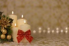 Gruß-Weihnachtskarte mit brennenden Kerzen und roter Dekoration Stockbild