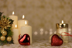 Gruß-Weihnachtskarte mit brennenden Kerzen und Verzierungen Stockbild