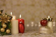 Gruß-Weihnachtskarte mit brennenden Kerzen und Verzierungen Lizenzfreie Stockfotografie