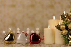 Gruß-Weihnachtskarte mit brennenden Kerzen und Verzierungen Stockbilder