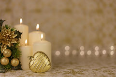 Gruß-Weihnachtskarte mit brennenden Kerzen und Verzierungen Stockfotografie