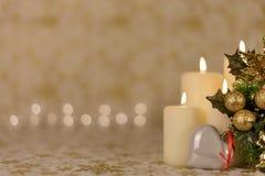 Gruß-Weihnachtskarte mit brennenden Kerzen und Verzierungen Lizenzfreies Stockfoto