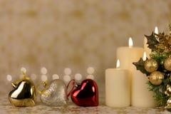 Gruß-Weihnachtskarte mit brennenden Kerzen und Verzierungen Stockfoto