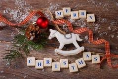 Grußkarte der frohen Weihnachten auf hölzernem Hintergrund Lizenzfreies Stockbild