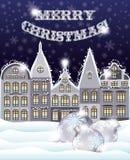 Grußkarte der frohen Weihnachten mit Winterstadt und Weihnachtsbällen Stockfotografie