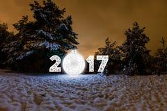 Grußkarte des neuen Jahres 2017 mit Nachtwald Lizenzfreies Stockfoto