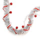 Grußkarte gemacht vom silbernen Lametta mit roten Weihnachtsbällen und rotem Band Stockfotografie