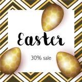 Grußkarte Greating Ostern, realistische Gold-Ostereier auf hellem Hintergrund mit Goldelementen Aufschriftverkauf 30 Lizenzfreie Stockbilder