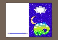 Grußkarte im Stil der Kunst der Kinder Elefant auf dem Hintergrund des Mondes und der Sterne Lizenzfreie Stockfotos