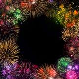 Grußkarte mit bunten Feuerwerken auf schwarzem Hintergrund Lizenzfreie Stockfotos